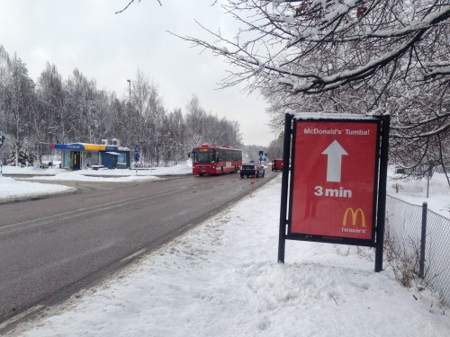 McDonalds Tumba annonserar på GUSO Närmedias reklamskylt i Tullinge