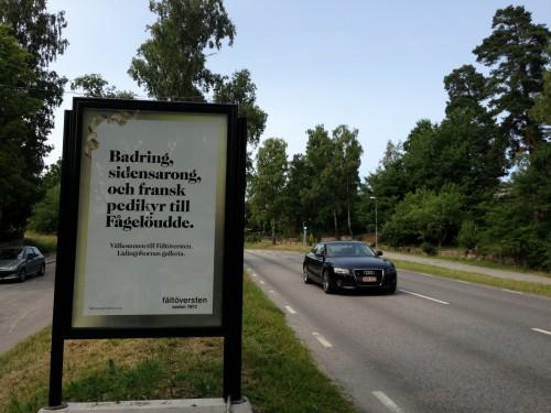 Fältöversten kampanj vid infarten till Lidingö Centrum på GUSO reklamskylt