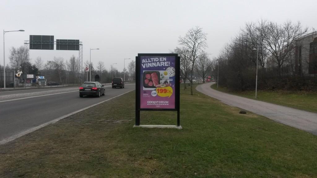 GUSO reklamskylt Marknadsvägen mot Täby Centrum annonsör Coop Forum Arninge