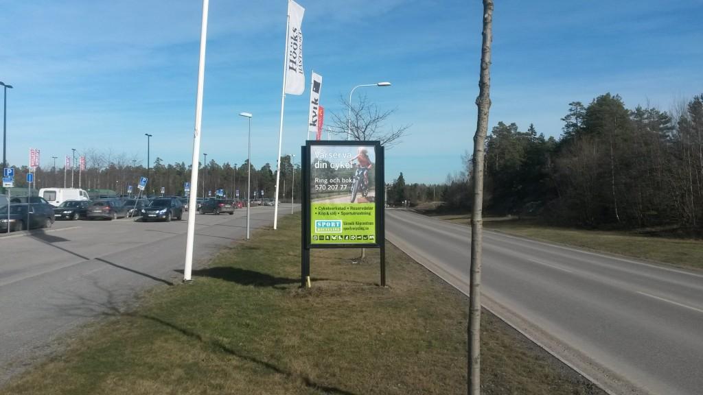 GUSO reklamskylt vid Värmdö Marknad annonsör Sportrecycling