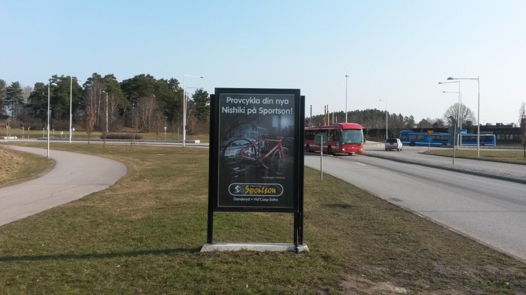 Marknadsvägen Täby reklamskylt GUSO annonsör Sportson Enebyängen