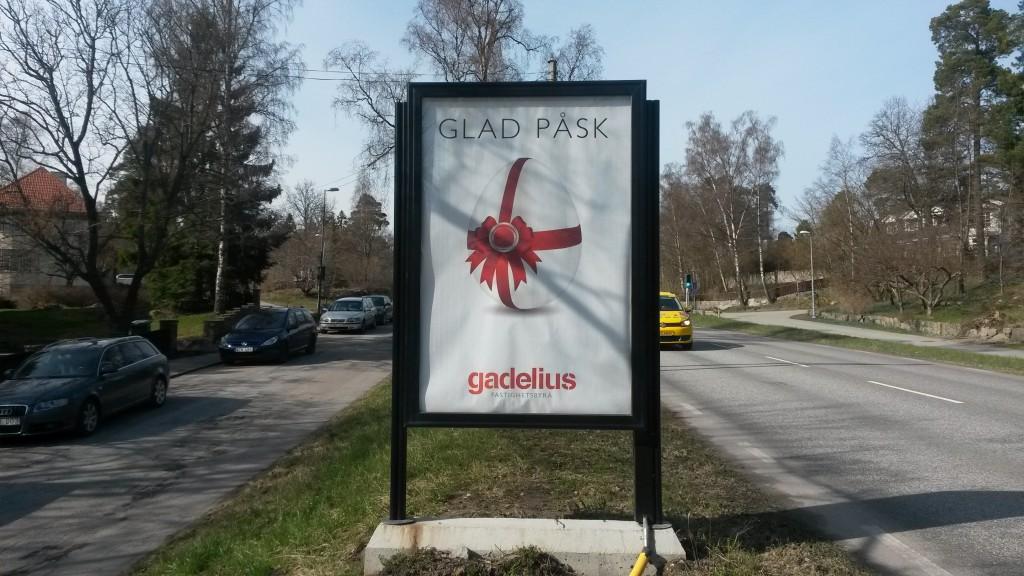 Gadelius mäklare Lejonvägen Lidingö Centrum GUSO reklamskylt.jpg