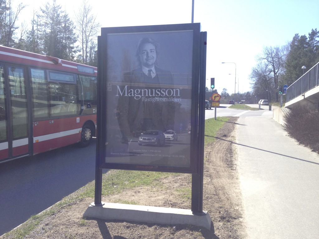 Lejonvägen Lidingö Centrum Magnusson Mäklare GUSO adshel reklamskylt