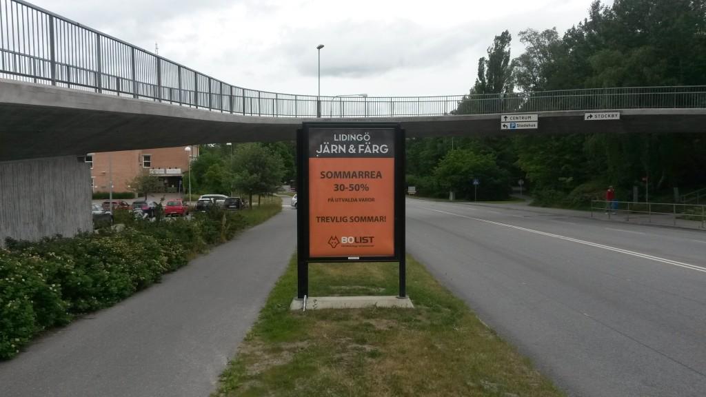 Lidingö Järnaffär Järn annonserar på GUSO reklamtavlor på Lejonvägen vid Lidingö Centrum