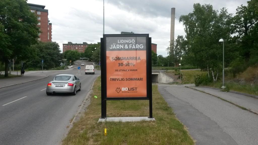 Lidingö Järnaffär Järn annonserar på GUSO reklamtavlor på larsbergsvägen